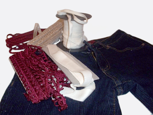 Calça jeans customizada com aviamentos HAK - Modelo 1 - Materiais