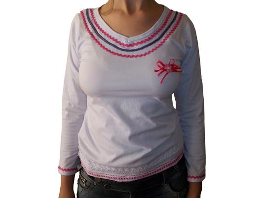 """Blusa de manga comprida com gola """"V"""" customizada com produtos HAK"""