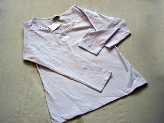 Estique a blusa em uma cima de uma superfície plana
