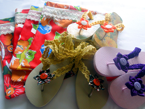 Chinelos decorados com passamanarias.
