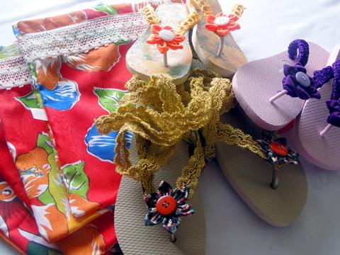 Sandálias decoradas e sacola para carregá-las.