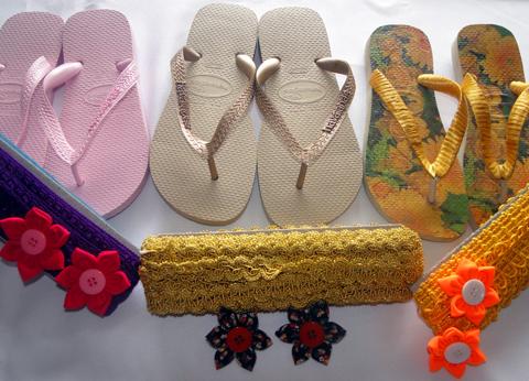 3 modelos diferentes de decoração para chinelos.