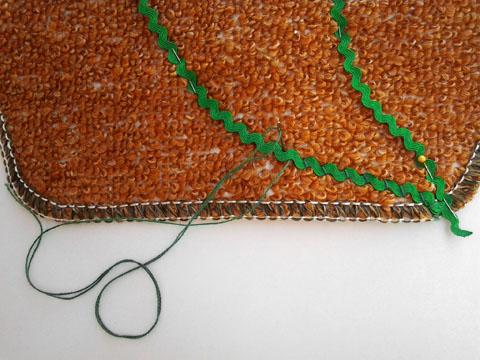 Costure com ponto inclinado, prendendo a Sianinha no Tapete