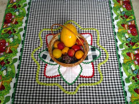 toalha de mesa feita com sianinhas