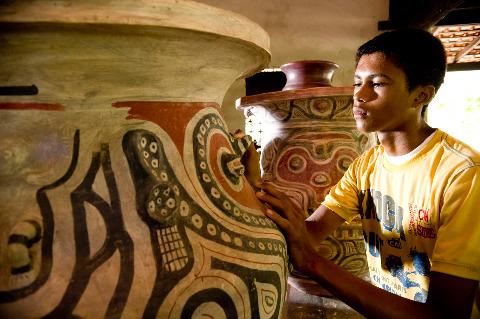 Decendentes de indígenas da região mantém a tradição da cerâmica marajoara
