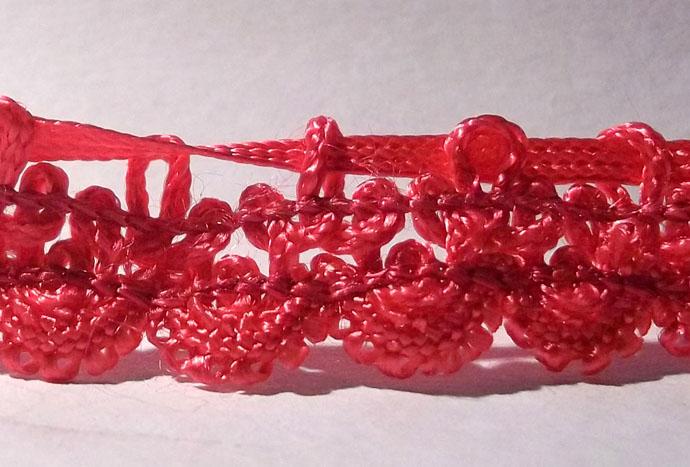Colar 51 HAK transpassado em passamanaria para dar formato à flor de acabamento do produto.