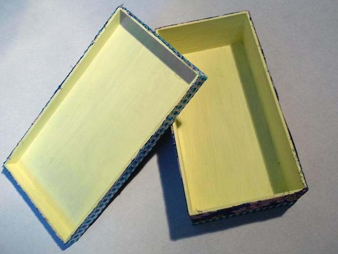 Parte interna pintada com tinta PVA que combina com detalhes da estampa escolhida para encapar a caixa.