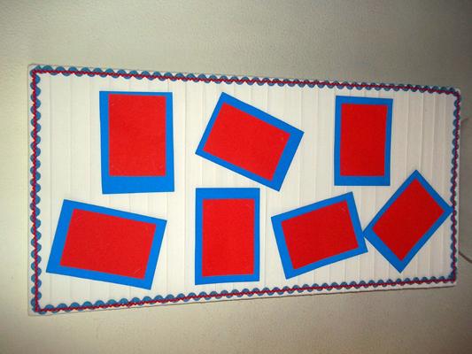 Corte o papel azul um pouco maior que o vermelho