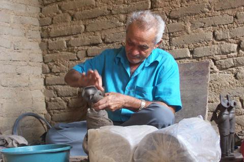 Severino, filho de Mestre Vitalino, trabalhando. Foto: Laura Moureira