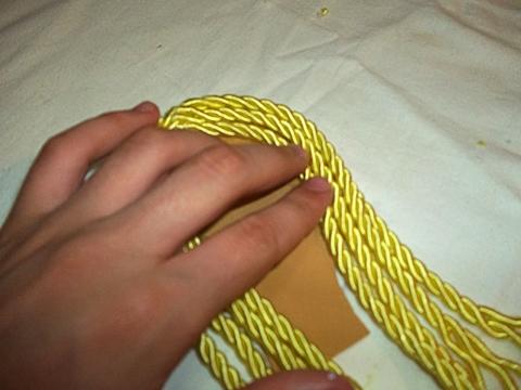 Cole os cordões HAK com a cor de sua preferência, para simular os cabelos.