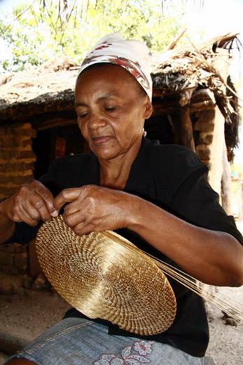 artesa trabalhando com o capim dourado